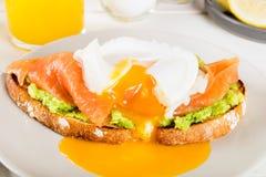 Здравица хлеба Wholemeal, поломанный авокадо, семги и краденное яичко Стоковая Фотография