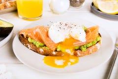 Здравица хлеба Wholemeal, поломанный авокадо, семги и краденное яичко Стоковое Изображение