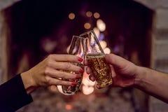здравица шампанского перед камином Стоковое Изображение