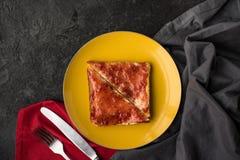 Здравицы с вареньем для завтрака на плите на темной столешнице Стоковое Фото