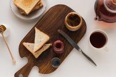 Здравицы с вареньем и арахисовым маслом Стоковые Изображения RF