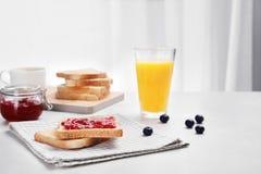 Здравицы с вареньем и стеклом сока Стоковые Изображения