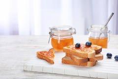 Здравицы с вареньем и ягодами на деревянной доске, Стоковое Изображение RF