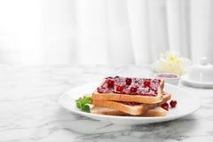 Здравицы с вареньем и ягодами на плите Стоковые Изображения RF