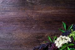 Здравицы с вареньем elderberry и свежими плодоовощами ягоды на деревянном столе Открытый космос для вашего текста Стоковое Изображение RF