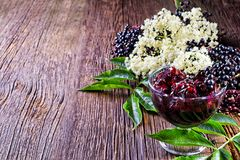 Здравицы с вареньем elderberry и свежими плодоовощами ягоды на деревянном столе Стоковые Изображения