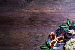 Здравицы с вареньем elderberry и свежими плодоовощами ягоды на деревянном столе Открытый космос для вашего текста Стоковые Изображения