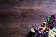 Здравицы с вареньем elderberry и свежими плодоовощами ягоды на деревянном столе Открытый космос для вашего текста Стоковое Изображение