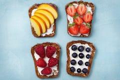 Здравицы с плавленым сыром и свежими ягодами Стоковое фото RF