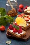 Здравицы с плавленым сыром и свежими ягодами Стоковые Изображения RF