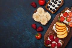 Здравицы с плавленым сыром и свежими ягодами Стоковое Изображение RF
