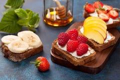 Здравицы с плавленым сыром и свежими ягодами Стоковая Фотография