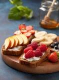 Здравицы с плавленым сыром и свежими ягодами Стоковые Изображения