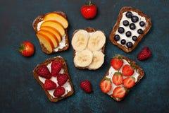 Здравицы с плавленым сыром и свежими ягодами Стоковые Фотографии RF