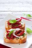 Здравицы с томатами, базиликом и луками стоковые изображения rf