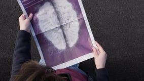 Здравоохранение газетной статьи чтения женщины о мозге акции видеоматериалы