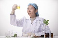 здравоохранение исследователей работая в лаборатории наук о жизни Youn стоковое изображение