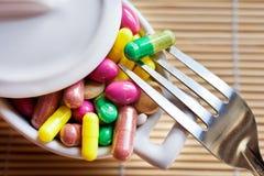 Здравоохранение и здоровье - пилюльки диеты и вес освобождать - различные таблетки в баке с вилками стоковые изображения rf