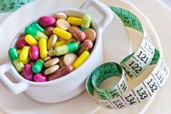 Здравоохранение и здоровье - пилюльки диеты и вес освобождать - различные таблетки в баке стоковые изображения rf