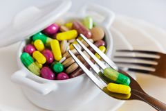 Здравоохранение и здоровье - пилюльки диеты и вес освобождать - vario стоковая фотография