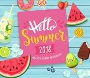 Здравствуйте! карточка лета 2018 на голубой деревянной предпосылке Стоковое Изображение