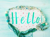 Здравствуйте! карточка на пастели с ожерельем Стоковое Изображение