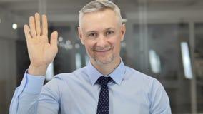 Здравствуйте, рука серого бизнесмена волос развевая, который нужно приветствовать