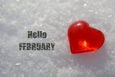 Здравствуйте! февраль Декоративное красное сердце на естественной белой предпосылке снега Концепция зимних отдыхов или дня Святог стоковое изображение rf