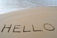 здравствулте! написанное слово песка стоковая фотография rf
