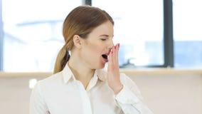 Зевая женщина, рабочая нагрузка Стоковое Изображение RF