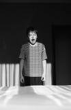 Зевая мальчик в striped футболке Стоковое Фото