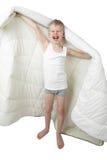 Зевая мальчик стоит идущ обернуть в одеяле Стоковая Фотография RF