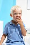 Зевая мальчик Стоковое Фото