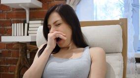 Зевая утомленная молодая женщина сидя в офисе сток-видео