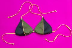 Зеленая верхняя часть бикини на розовой предпосылке стоковое фото rf