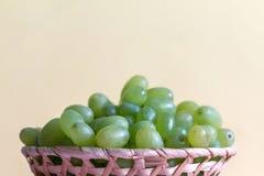 Зеленая виноградина в шаре на покрашенной предпосылке стоковые фотографии rf