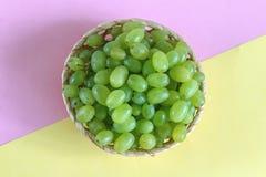 Зеленая виноградина в шаре на покрашенной предпосылке стоковое изображение