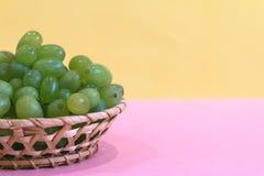 Зеленая виноградина в шаре на покрашенной предпосылке стоковое изображение rf