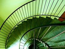зеленая винтовая лестница стоковые изображения rf