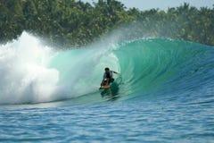 зеленая волна серфера mentawai островов Индонесии Стоковые Фотографии RF