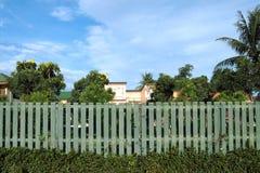 Зеленая деревянная загородка с голубым небом стоковое изображение rf