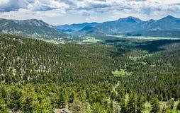 зеленая долина горы Лето в скалистых горах Стоковое Изображение