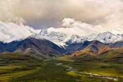 Зеленая долина и горы Polycrhrome в Denali стоковое изображение rf
