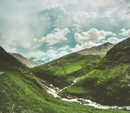 Зеленая долина с пропуская рекой горы Грузия стоковая фотография rf