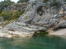 Зеленая естественная вода с скалистой скалой и утес приставают к берегу стоковое фото rf