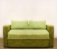 зеленая затрапезная софа Стоковое фото RF
