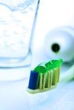 зеленая зубная паста зубной щетки Стоковые Изображения