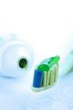 зеленая зубная паста зубной щетки Стоковое Фото
