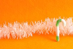 Зеленая и белая тросточка конфеты с белой сусалью Стоковые Фотографии RF