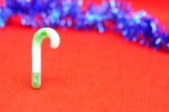 Зеленая и белая тросточка конфеты с голубой сусалью Стоковое фото RF